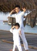 林志颖和儿子穿亲子装跳舞 两父子同光脚丫